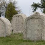 Mívesen faragott kőszívek a temetőben