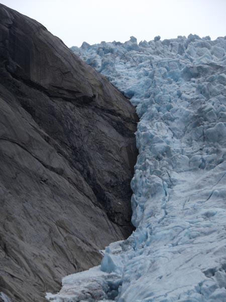 A jég több száz tonnányi súlya karcolja a felszínt