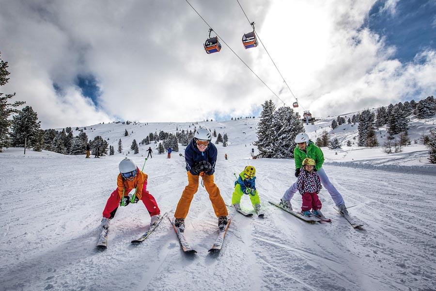 Familie mit Nachwuchs-Skifahrerin am Kreischberg, Urlaubsregion
