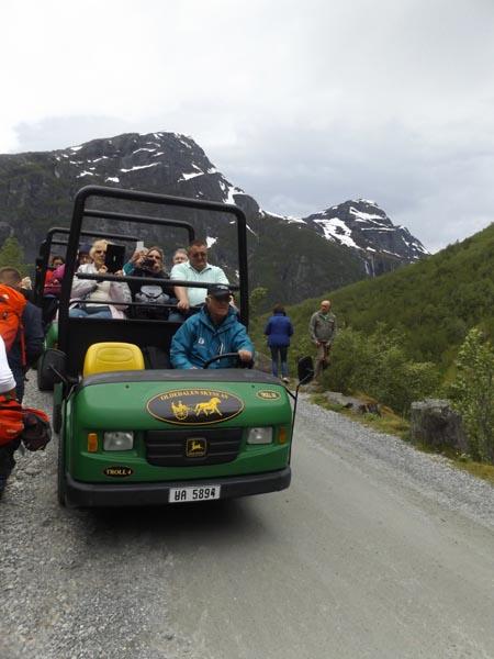 turisták tartanak a Briksdal-gleccserhez