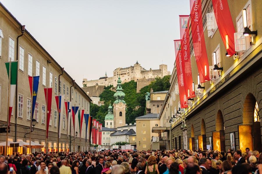 Vor_dem_Festspielhaus (c) Tourismus Salzburg